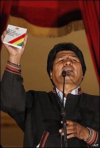 Evo Morales con copia de la nueva Constitución hablando en La Paz
