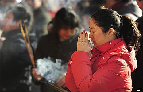 Woman prays at a Confucious temple in Bejing on 26/1/09
