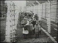 Imagen tomada de un video que muestra a judíos en campos de concentración.
