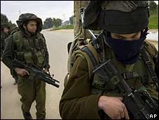 Israeli soldiers patrol near Israel-Gaza Border on 20/1/09