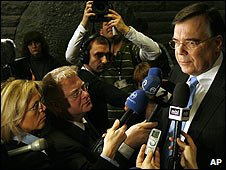 Iceland's Prime Minster Geir Haarde speaks to the press in Rekyavik (26/01/2009)