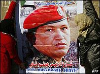 Libaneses colgando un cartel de Hugo Ch�vez, 12 enero 2009