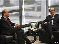 El embajador italiano, Michele Valensise, izq., y el presidente de Corte Suprema de Brasil, Gilmar Mendes, el 20 de enero