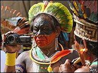 """Indígena filma marcha """"SOS Amazonas"""" en Foro Social Mundial de 2009 en Belén, Brasil"""