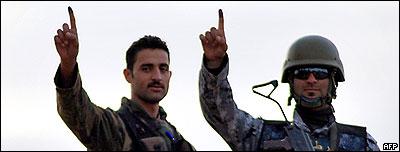 جنود عراقيون بعد الادلاء باصواتهم