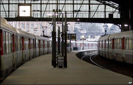 Plataforma vacía en la estación de trenes de St Lazare, París