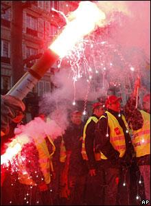 Manifestante en París enciende bengala pirotécnica, 29 de enero, 2009