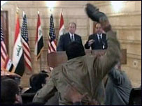 الزيدي يقذف بوش بحذائه