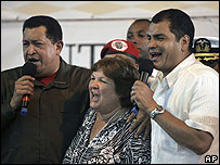 "Hugo Chavez, presidente de Venezuela (izq), Rafael Correa, presidente de Ecuador (der.), Aleida Guevara, hija de Ernesto ""Che"" Guevara (centro) cantando en Belém"
