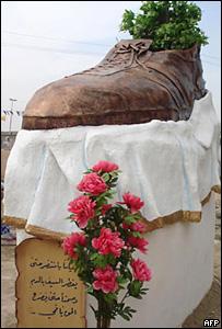 Памятник ботинку, которым бросили в Буша