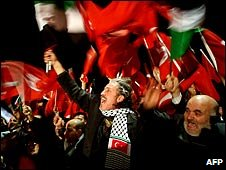Crowds wave flags at Istanbul's airport, Turkey (30/01/2009)