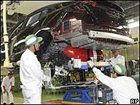 Рабочие японского завода
