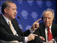 Turkish PM Recep Tayyip Erdogan (L) and Israeli President Shimon Peres at the World Economic Forum