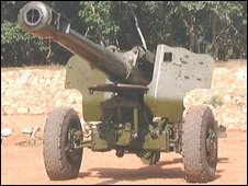 A captured rebel 152mm artillery gun