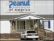 Police outside the Peanut Corps of America plant in Blakley, Georgia (29/01/2009)