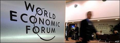 Participant walks past World Economic Forum sign in Davos (30 January 2009)