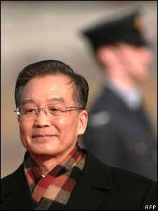 Mr Wen arrives at Heathrow Airport