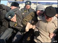 Членов запрещенной НБП задерживают в центре Москвы