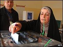 عراقية تدلي بصوتها في الفلوجة