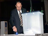 المالكي يضع إصبعه في الحبر قبل الإدلاء بصوته