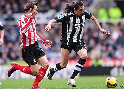 Sunderland's Dean Whitehead shadows Jonas Gutierrez