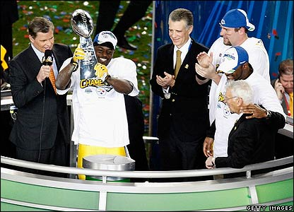 Holmes raises the Vince Lombardi toprhy