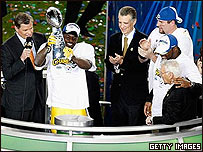 Pittsburgh Steelers recibe la copa.