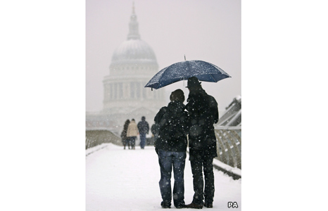 Couple look at St Paul's Cathedral
