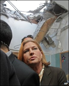 Livni visits damage to Israeli home during Gaza offensive