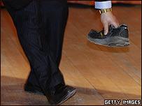 Agente de seguridad recoge zapato lanzado contra Wen Jiabao