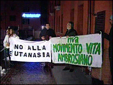 Anti-euthanasia protesters outside the clinic in Lecco (3 February 2009)