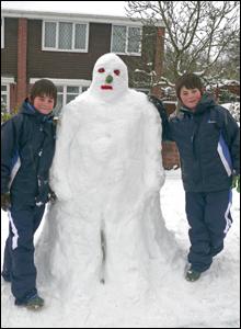 Scott a Cameron gyda'u ffrind newydd yn Nhreforys