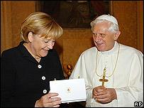 Angela Merkel, canciller de Alemania, (izq) y Papa Benedicto XVI (der.) en 2006 (imagen de archivo)