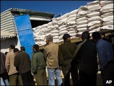 Palestinians queue for UN aid in Gaza