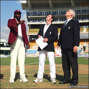Chris Gayle (left), Andrew Strauss (centre) and match referee Alan Hurst