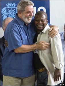 President Lula hugs a resident of Santa Marta