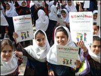 Девочки-иранки со свидетельством об окончании курсов Британского совета  (снимок Британского совета)