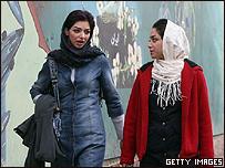 Dos jovenes iraníes caminan en una calle de Teherán