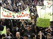 Estudiantes de la Universidad de Teherán en una manifestación. Foto de archivo: 07/12/08