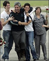 Sigifredo López con sus hijos Lucas y Sergio. Detrás, la madre del ex rehén.