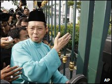 Deposed state chief minister Bizar Jamaluddin tries to enter government building, Ipoh, Perak, Malaysia 6 Feb 09