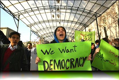 Estudiantes de la Universidad de Teherán en una manifestación. Foto de archivo: AFP - 07/12/08