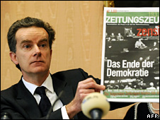 Peter McGee holds up a copy of Zeitungszeugen (29 January 2009)
