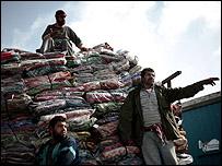 موظفو الانروا يقومون بتوزيع بطانيات في غزة