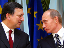 Jose Manuel Barroso (left) at a news conference with Vladimir Putin in Moscow (6 February 2009)