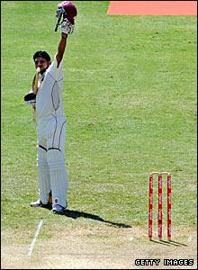 Ramnaresh Sarwan raises his helmet to acknowledge the crowd's applause