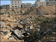 Palestinians inspect a smuggling tunnel which was destroyed by an Israeli strike in the border town of Rafah between Egypt and the southern Gaza Strip on February 7, 2009