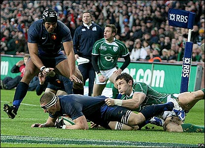 Imanol Harinordoquy scores a try for France