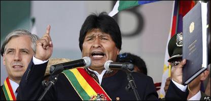 El presidente Evo Morales con la nueva constitución en la mano.