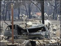 Сгоревшая машина и дом в одном изх городов